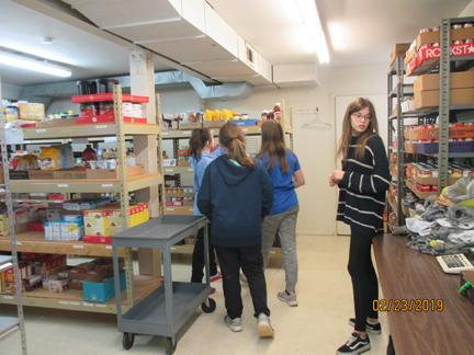 2. Friedens youth helping food pantry web IMG_2255.jpg