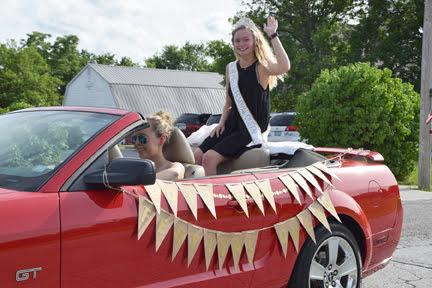 festival queen in parade web DSC_0775.jpg